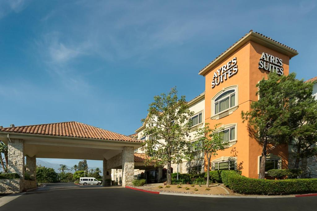 hotel ayres suites mills mall ontario ca. Black Bedroom Furniture Sets. Home Design Ideas