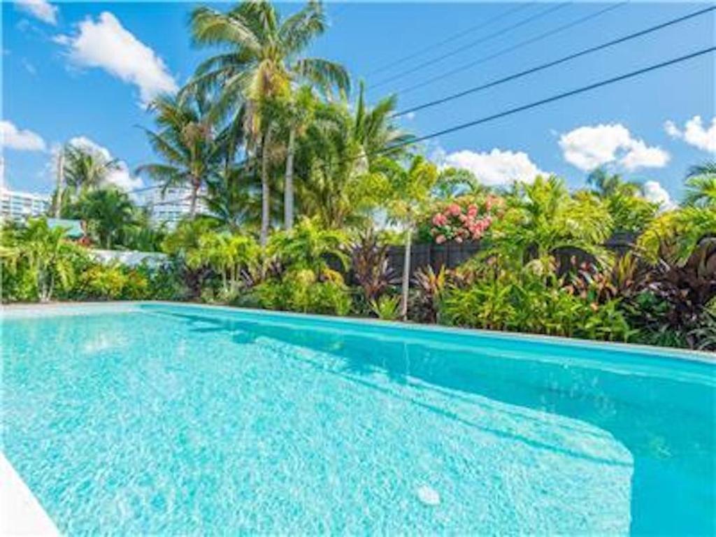Vacation Home Coco Palm Escape: 5 Min Walk to Beaches, 5 Star Home ...