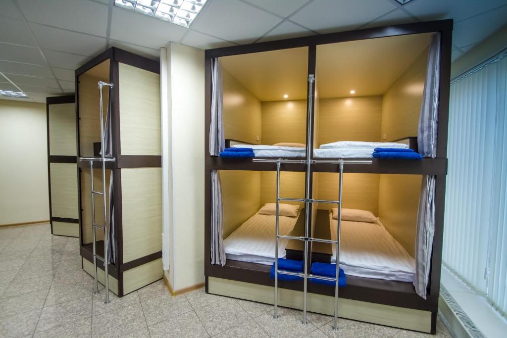 Двухъярусная кровать или двухъярусные кровати в номере Hostel Glubina