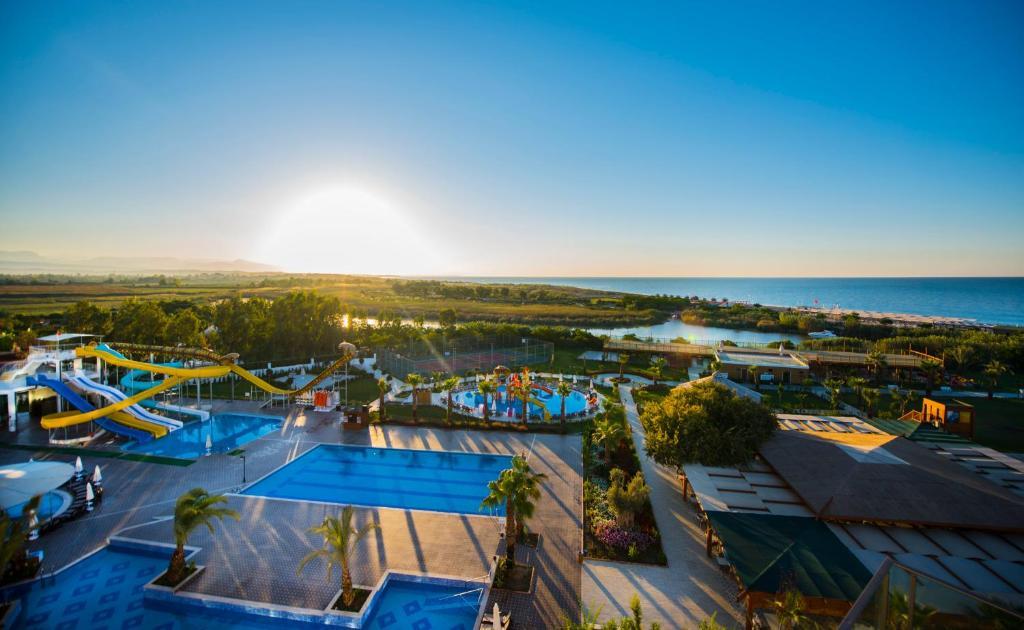 Почувствуйте себя знаменитостью благодаря великолепному сервису в Port Nature Luxury Resort Hotel&Spa