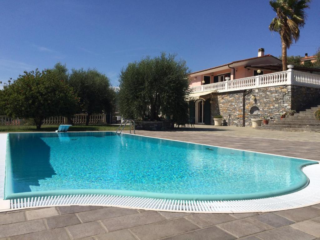 Villa con piscina a imperia italy imperia updated 2019 for Immagini ville moderne con piscina