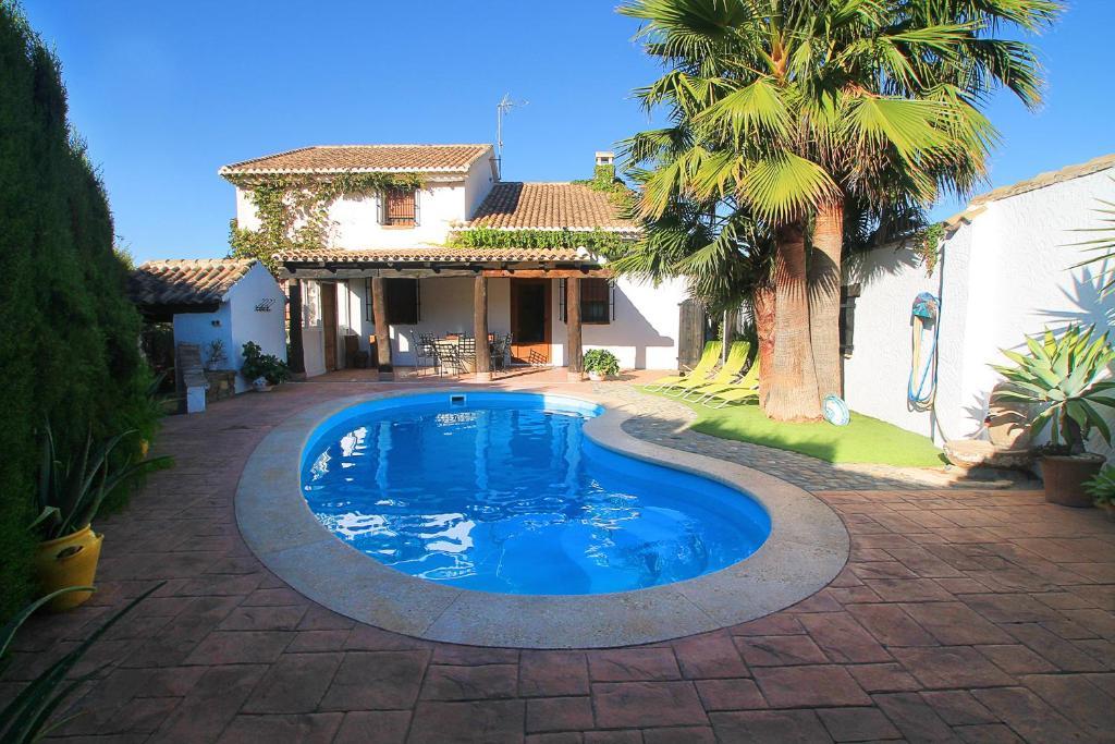 Encantadora casa con piscina privada y chimenea el padul for Piscina estructural grande oferta precio