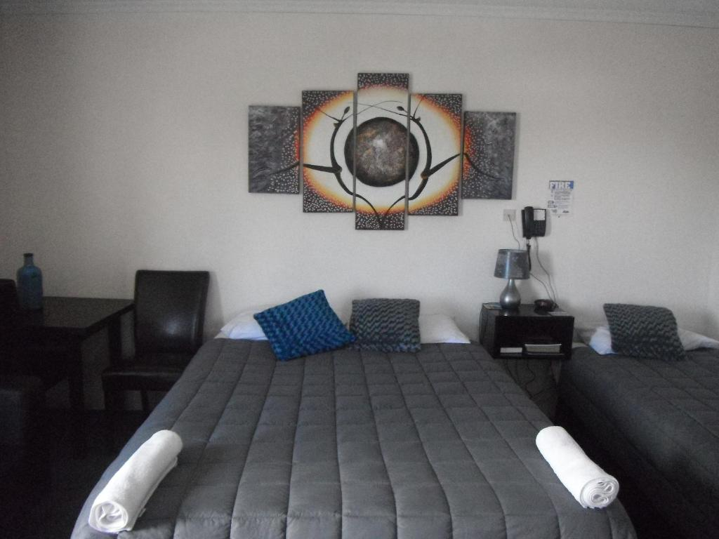 A bed or beds in a room at Avalon Motels