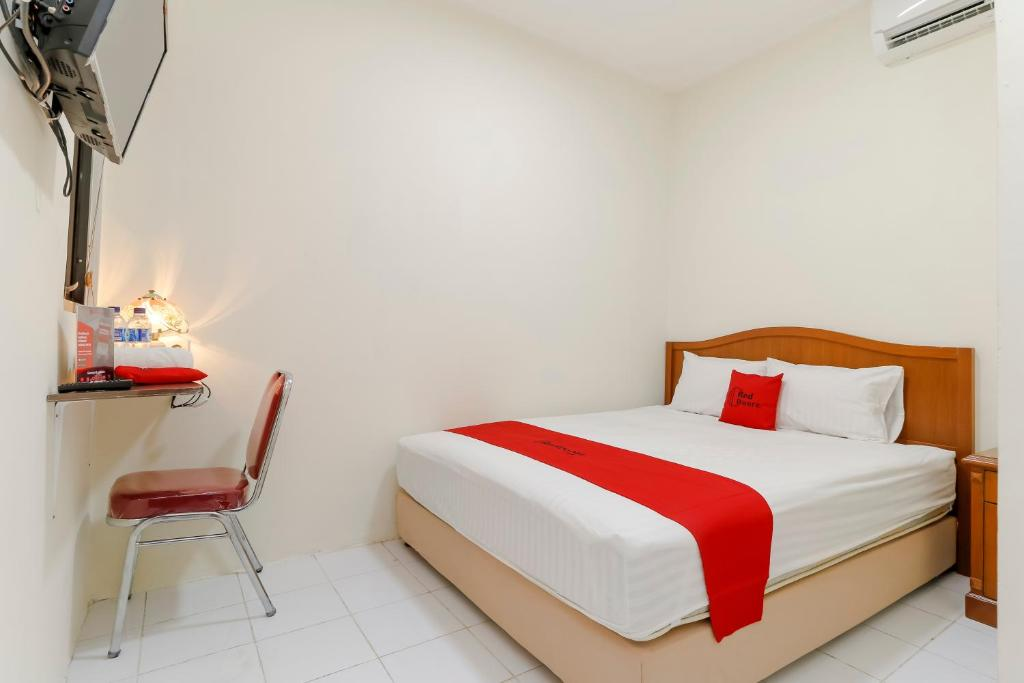 Guesthouse reddoorz plus near ciputra world ku jakarta indonesia gallery image of this property gumiabroncs Images