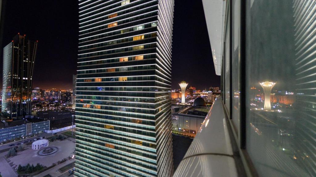 Шокирующее фото - девушка висит на 32 этаже в Нур-Султане