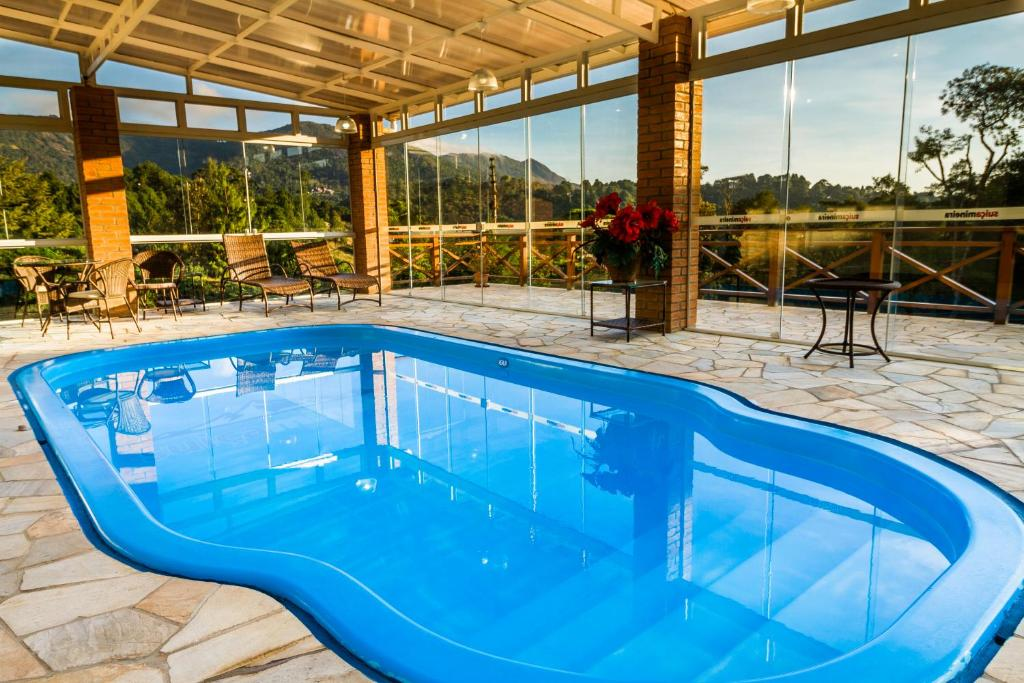 The swimming pool at or near Pousada Suíça Mineira