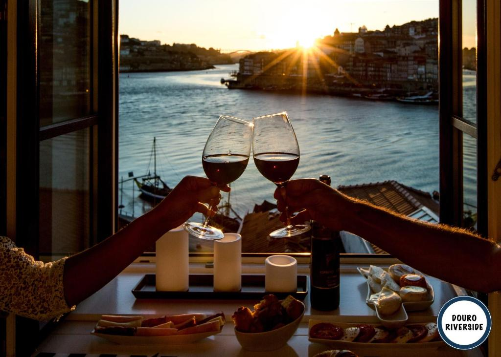 A restaurant or other place to eat at Douro Riverside Apartments