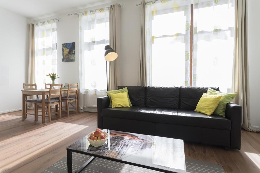 A seating area at Studio Apartment Niemetzstr 51