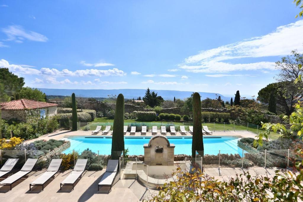 Vista sulla piscina di VILLAS DU LUBERON - Le Bastidon de Guillemette o su una piscina nei dintorni