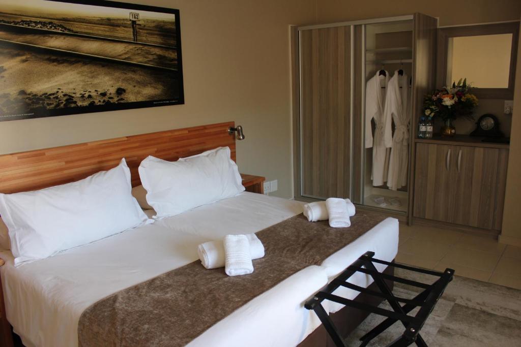 Kama o mga kama sa kuwarto sa Prost Hotel Swakopmund Namibia