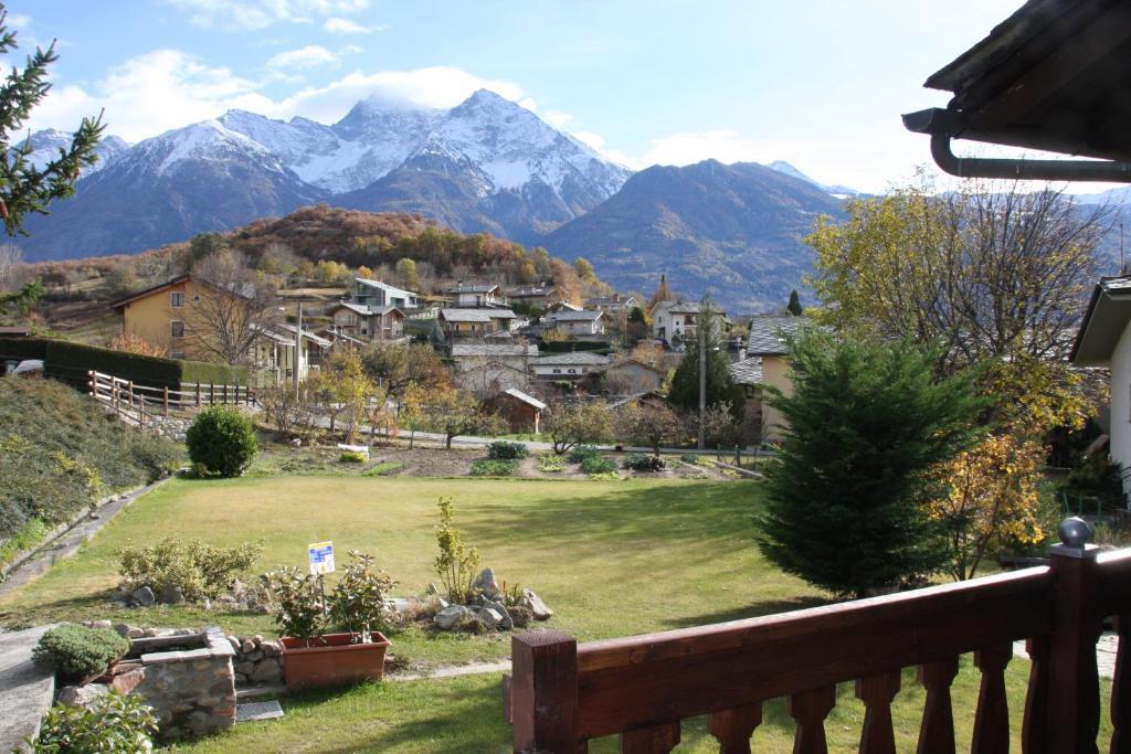Utsikt mot fjell, enten fra leiligheten eller fra et annet sted