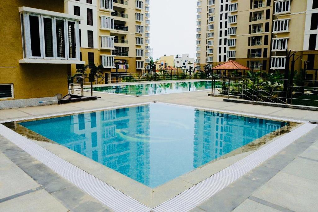 Modern condo unit with swimming pool chennai india for Swimming pool construction cost in chennai
