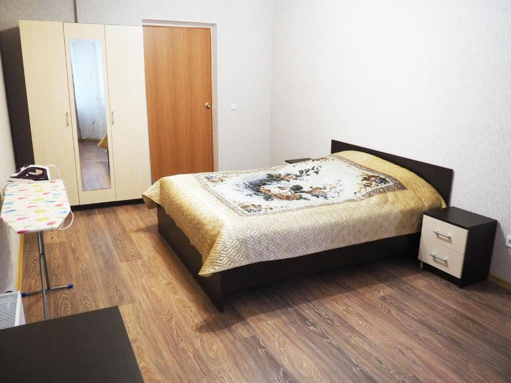 A bed or beds in a room at Apartments on Dobrolubova №1