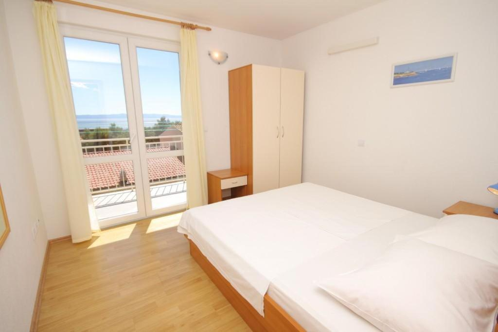 A bed or beds in a room at Apartment Makarska 6850a