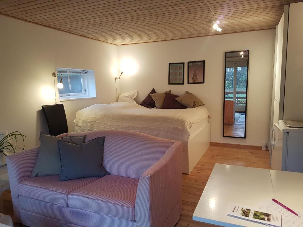 A bed or beds in a room at Skovstjernen - Bed & Garden