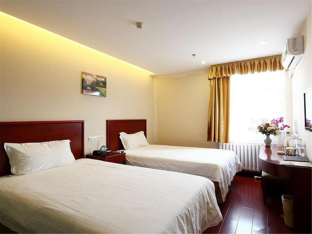 A bed or beds in a room at Greentree Inn Shanghai Long-distance Passenger Terminal Station Express Hotel