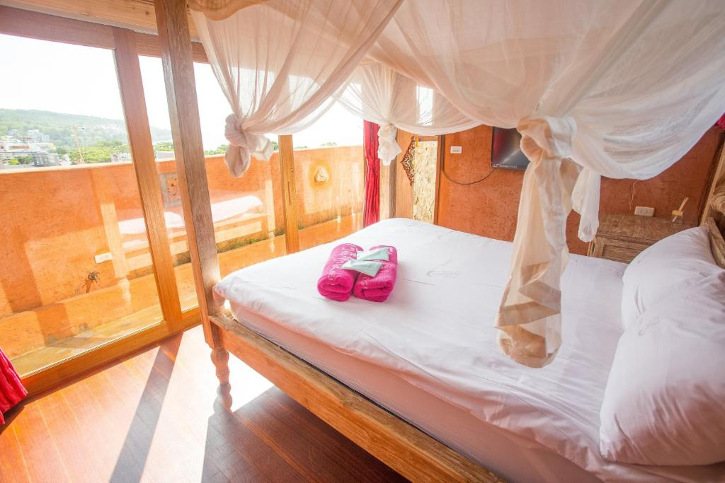 A bed or beds in a room at A Fei Surf Inn I