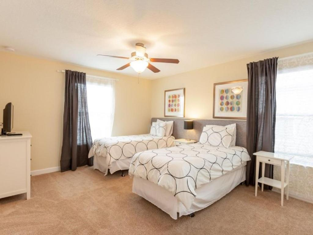Un ou plusieurs lits dans un hébergement de l'établissement 8866 Paradise Palms 5 Bedroom Villa