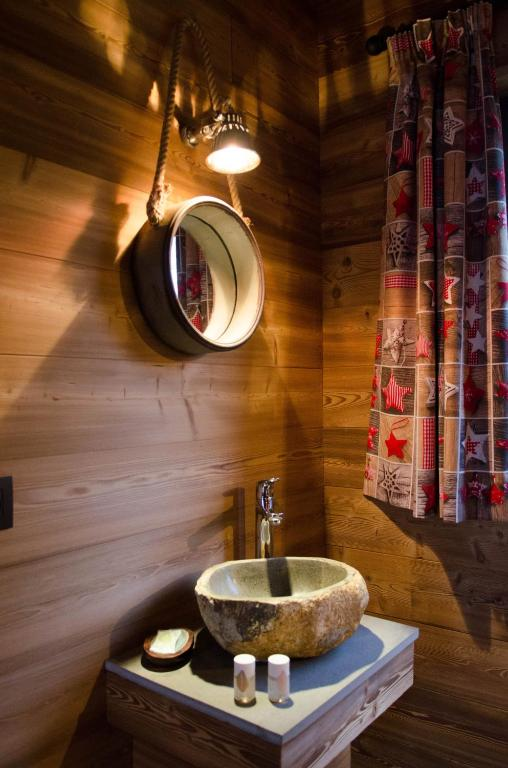 aqualodge h tel insolite ermeton sur biert tarifs 2019. Black Bedroom Furniture Sets. Home Design Ideas