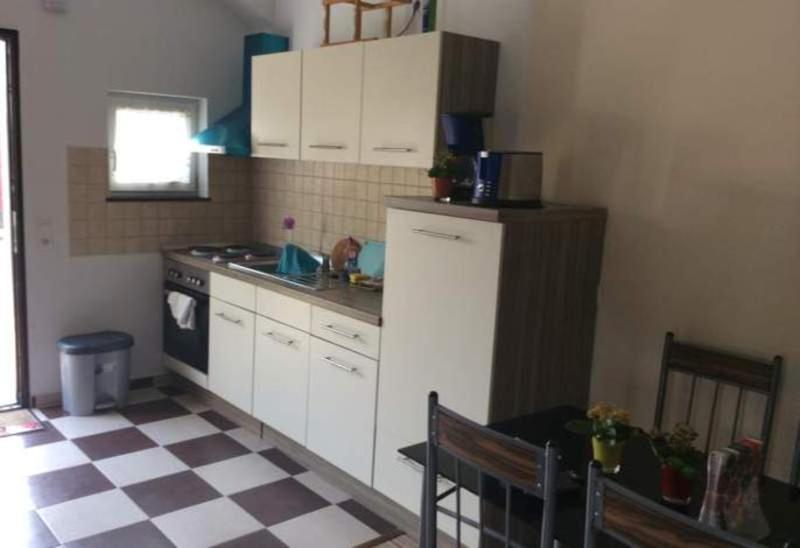 A kitchen or kitchenette at Ferienhaus Mockritz