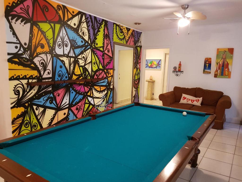 A pool table at Hostal Aqui Me Quedo
