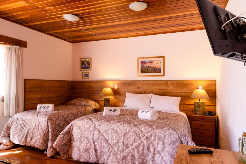 A bed or beds in a room at Gasthaus Peter