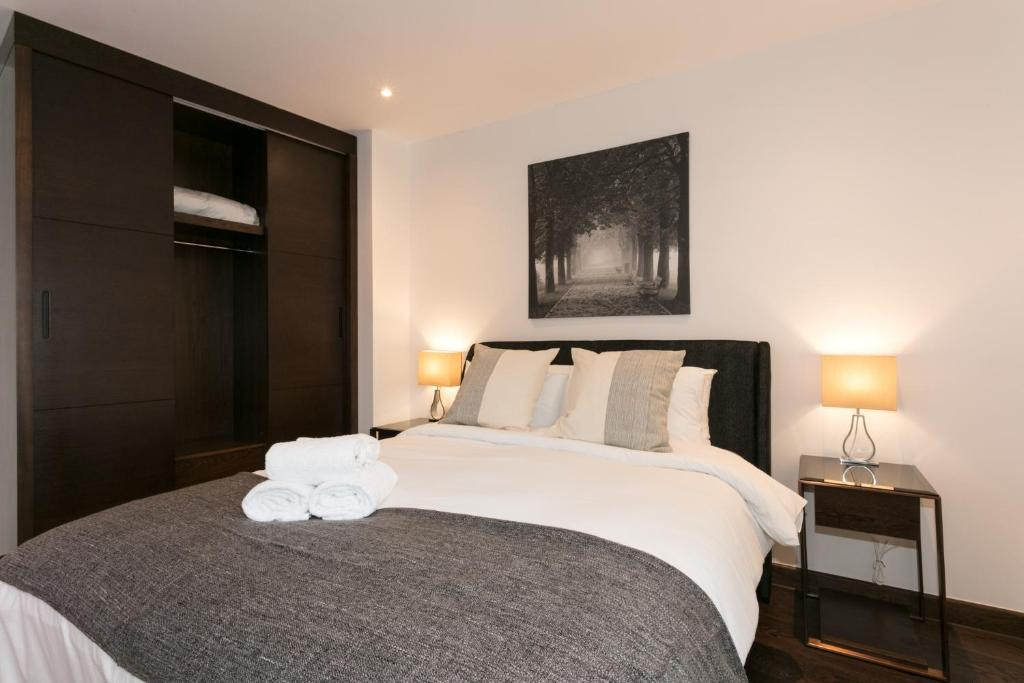 A bed or beds in a room at CDP Apartments -106 Queen Victoria