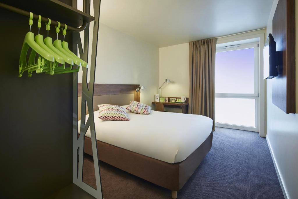 Un ou plusieurs lits dans un hébergement de l'établissement CAMPANILE PARIS SUD - Saclay