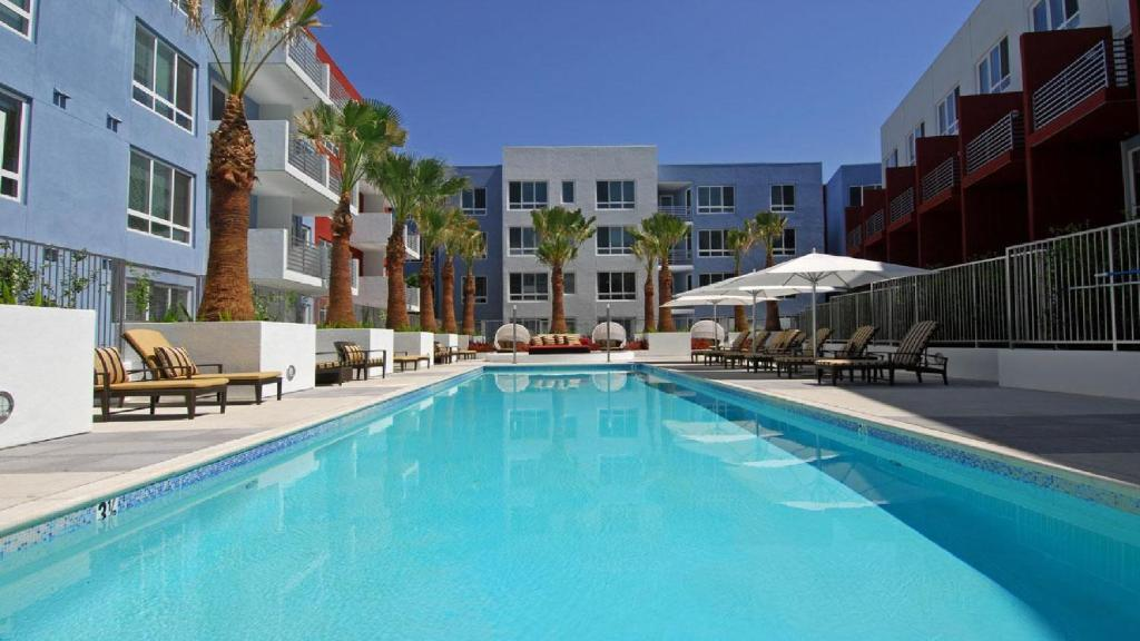 apartment hollywood la vip pool suite los angeles ca. Black Bedroom Furniture Sets. Home Design Ideas