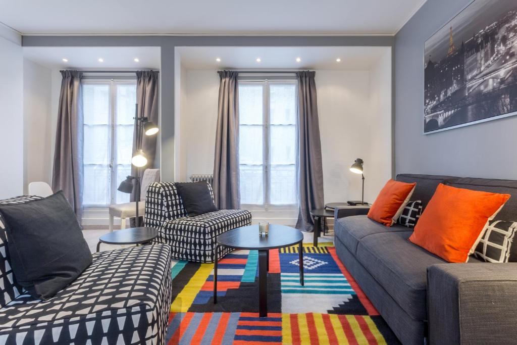 A seating area at Grand Appartement proche Tour Eiffel