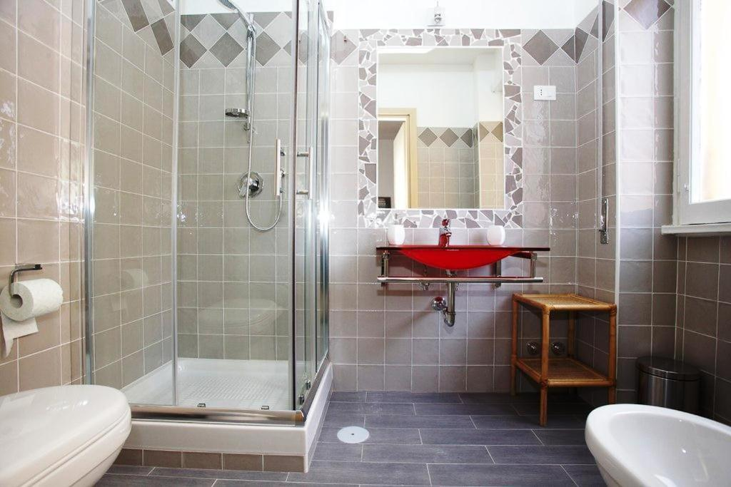 Bagno Con Mosaico Nero : Bagno grigio e bianco con mosaico bagno con lavabo sfacciato e