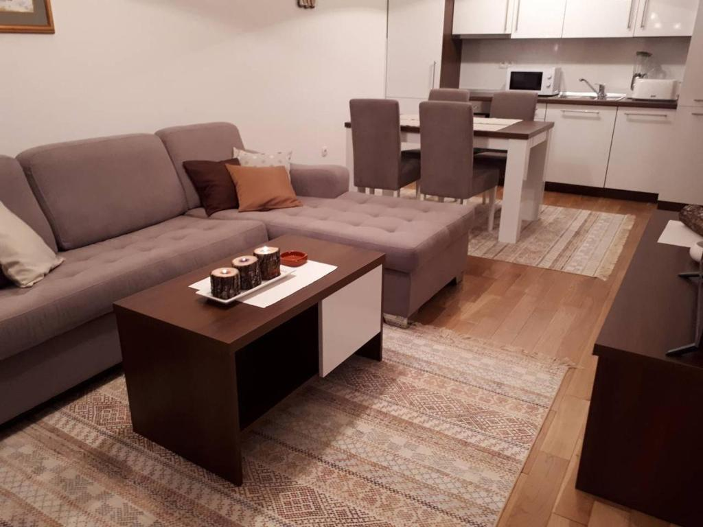 A seating area at Apartman SL Bjelasnica