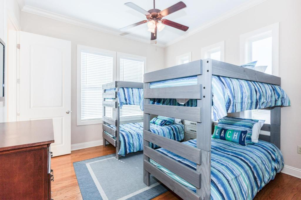 A Bunk Bed Or Bunk Beds In A Room At 6240 Thomas Drive Townhouse