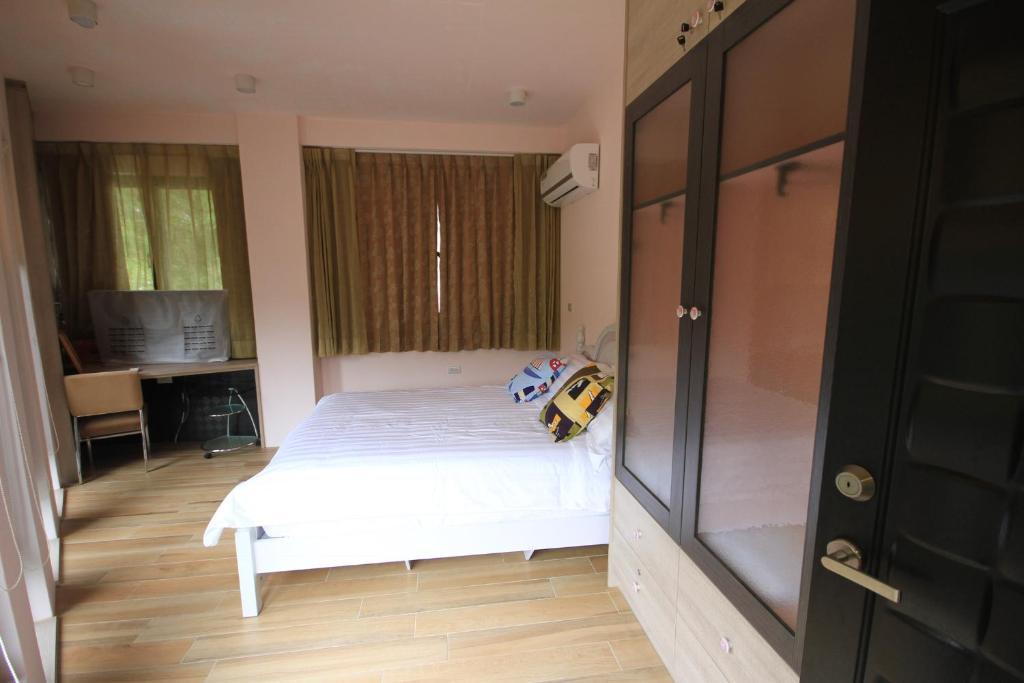 A bed or beds in a room at Jiufen JinGuaShih Foothills Cafe