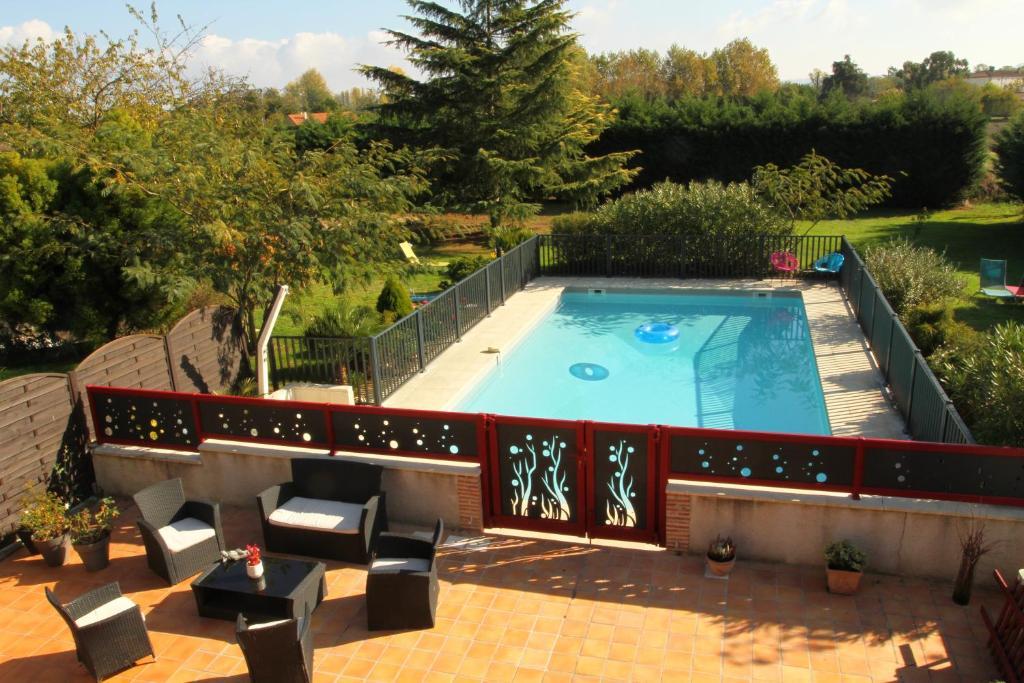Vue sur la piscine de l'établissement Le Mas des Cerisiers ou sur une piscine à proximité