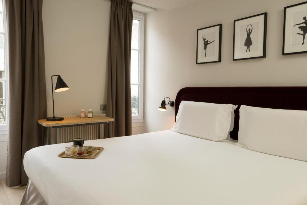 A bed or beds in a room at Hotel Monsieur Helder