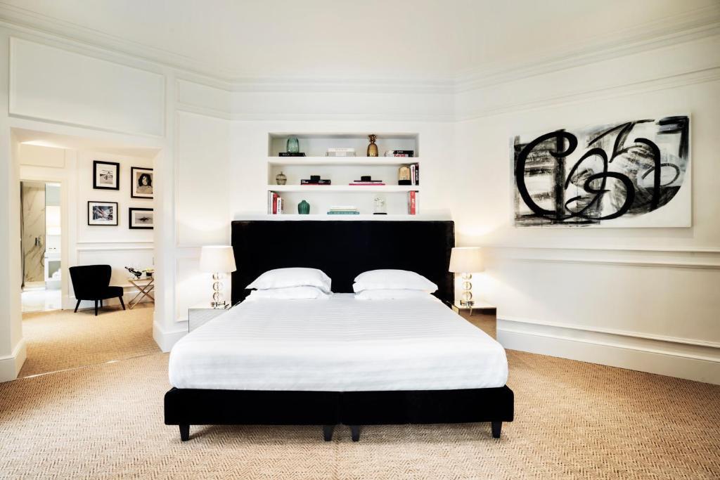 En eller flere senge i et værelse på The Shire Hotel