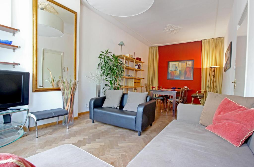 A seating area at Spacious garden apartment Jordaan