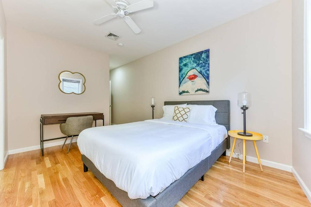 A bed or beds in a room at Three-Bedroom, Two-Bath North End Apt on Freedom Trail