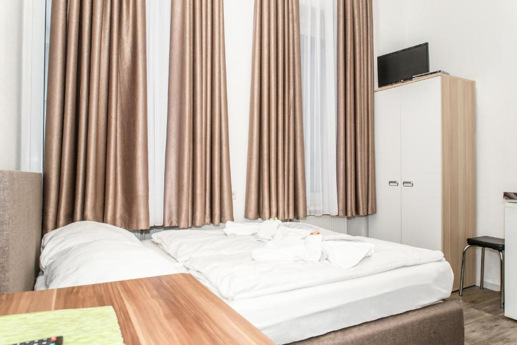 A bed or beds in a room at City Pension Storch II