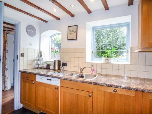 A kitchen or kitchenette at Broadway Cottage