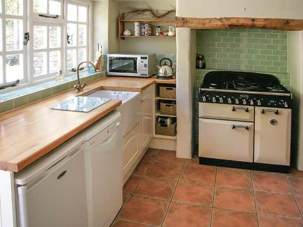 A kitchen or kitchenette at Snooks Cottage