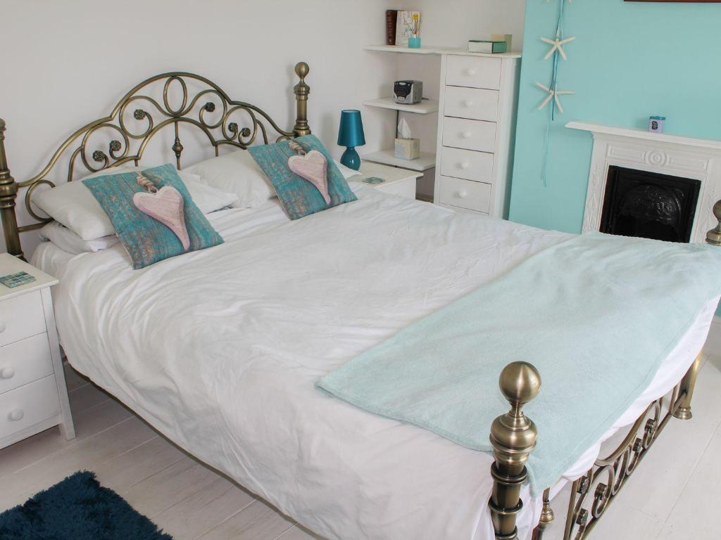 A bed or beds in a room at Baytree Cottage