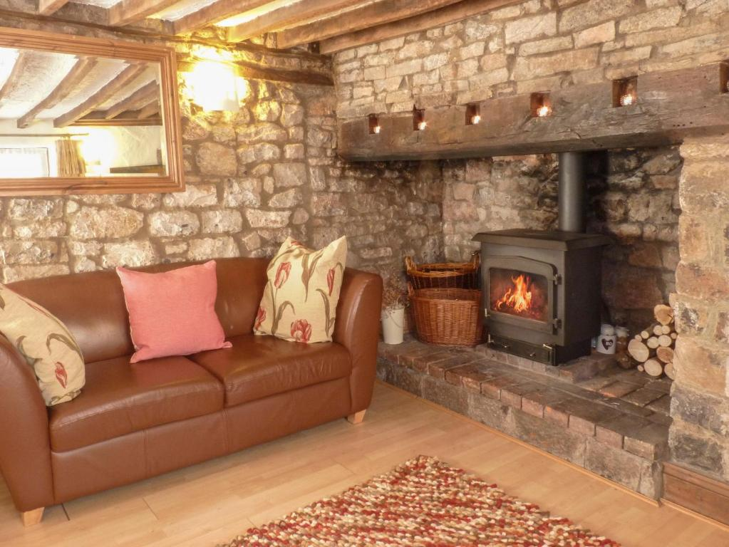 Strawberry rose cottage cheddar updated 2019 prices - Cheddar gorge hotels with swimming pools ...