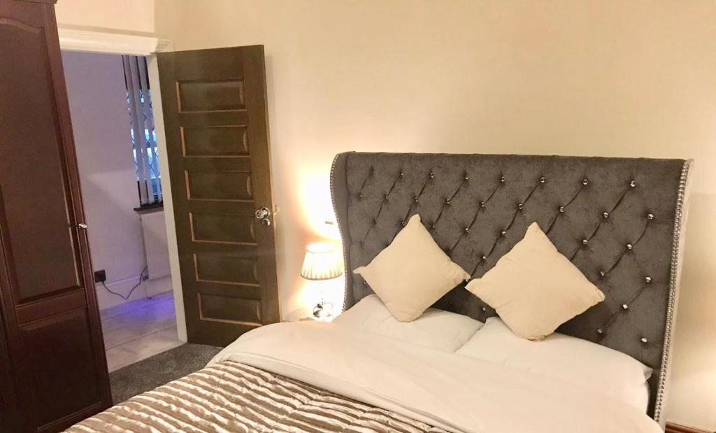 A bed or beds in a room at Lux Aparts Leeds Bradford Airport