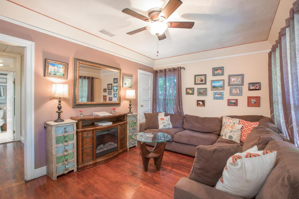 Gallery image of this property 2129 Echo