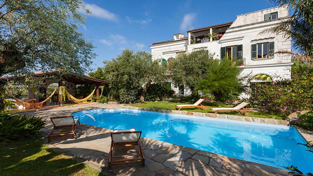 Appartamento in villa con giardino privato e piscina for Giardini per ville private