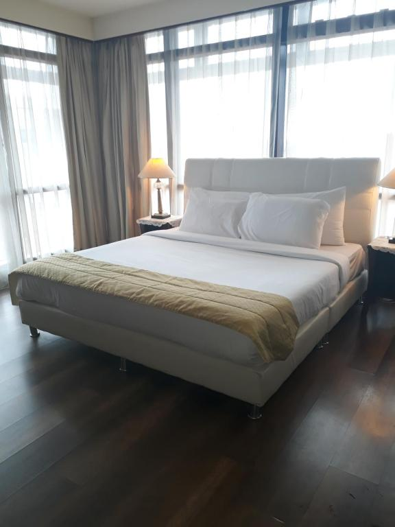 A bed or beds in a room at KL Diamond Suites @times Square