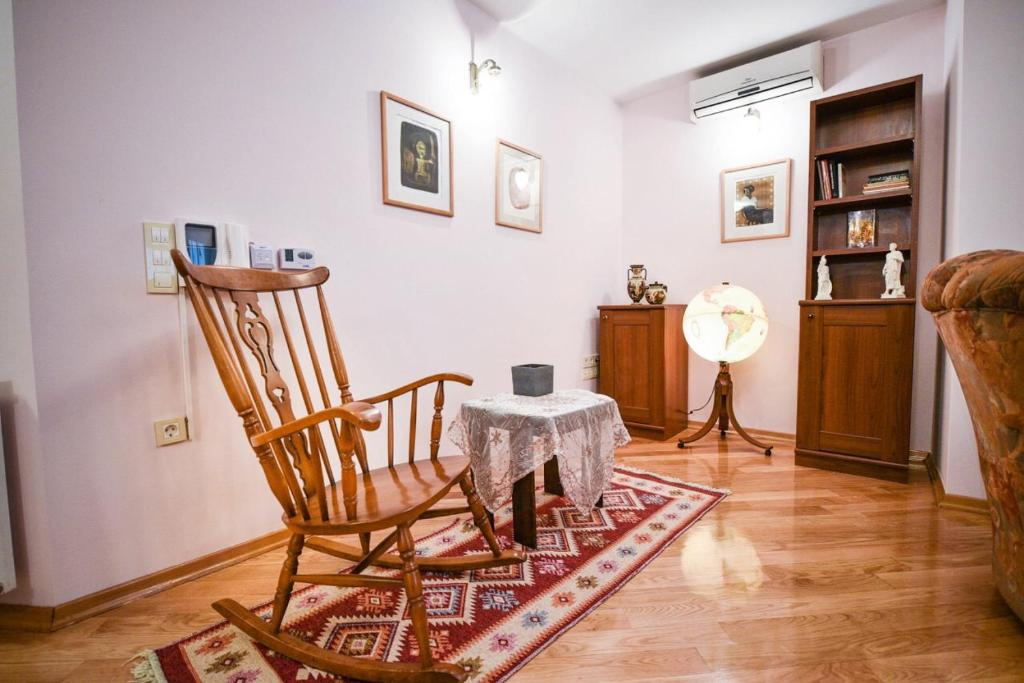 A seating area at Apartman Natalija Banja Luka