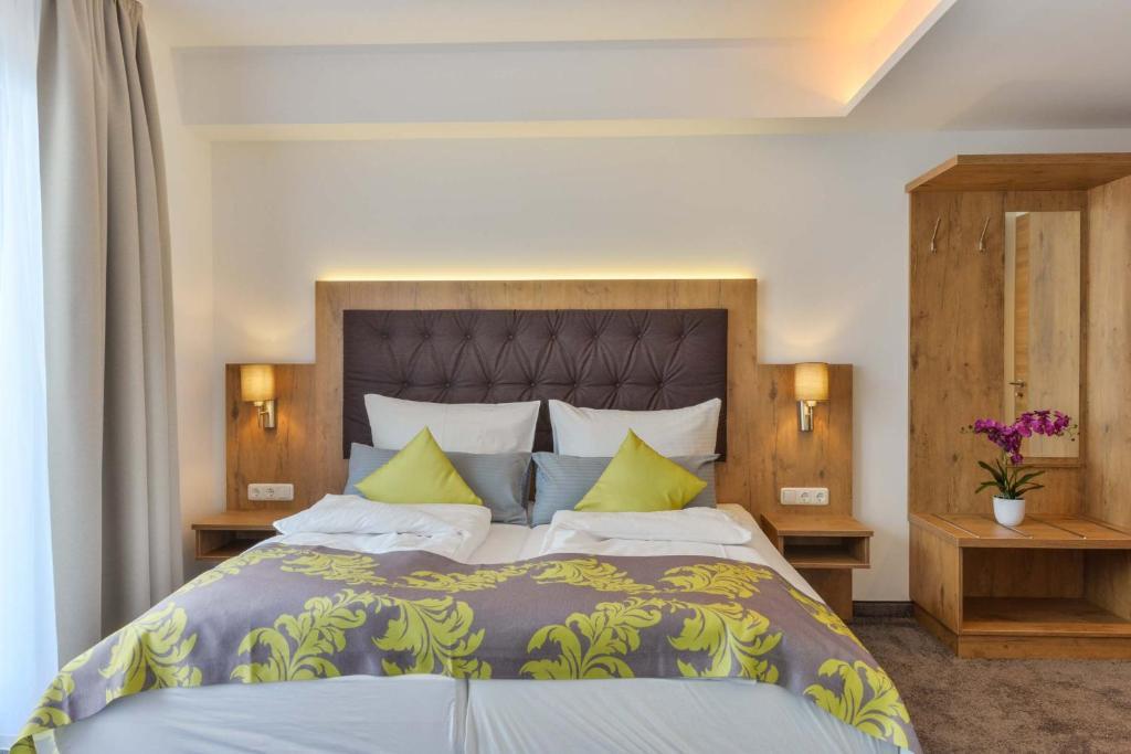 Ein Bett oder Betten in einem Zimmer der Unterkunft Haunstetter Hof